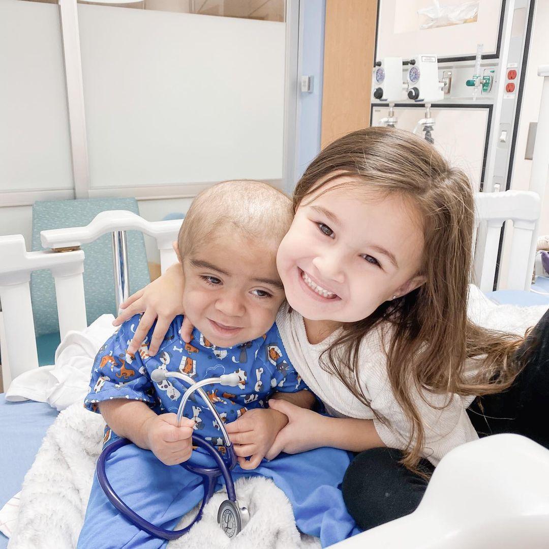Olivia cùng em trai Eli.