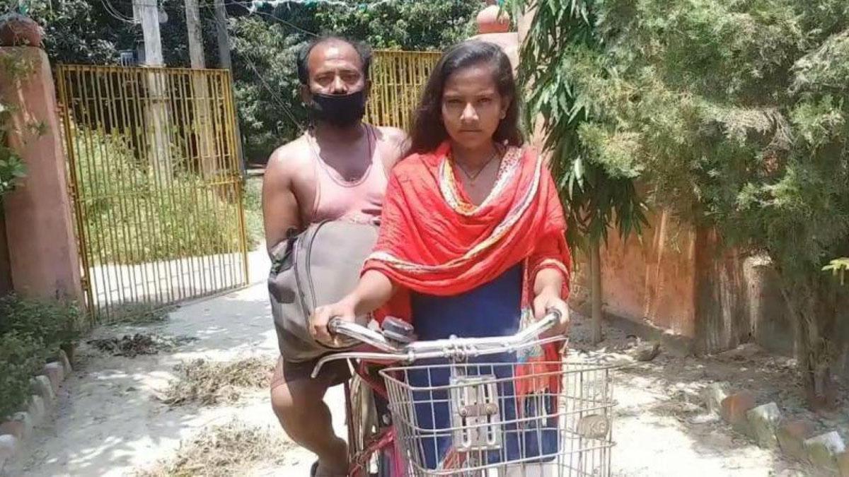 Jyoti Kumari đạp xe chở cha về quê. Ảnh: Indian Express.