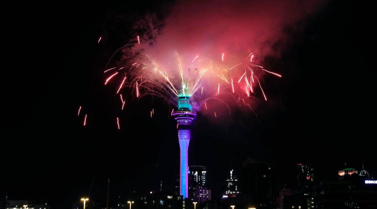 Màn bắn pháo hoa và trình diễn ánh sáng kéo dài 5 phút diễn ra tại Cầu cảng Auckland và Tháp Sky . Ảnh: AP