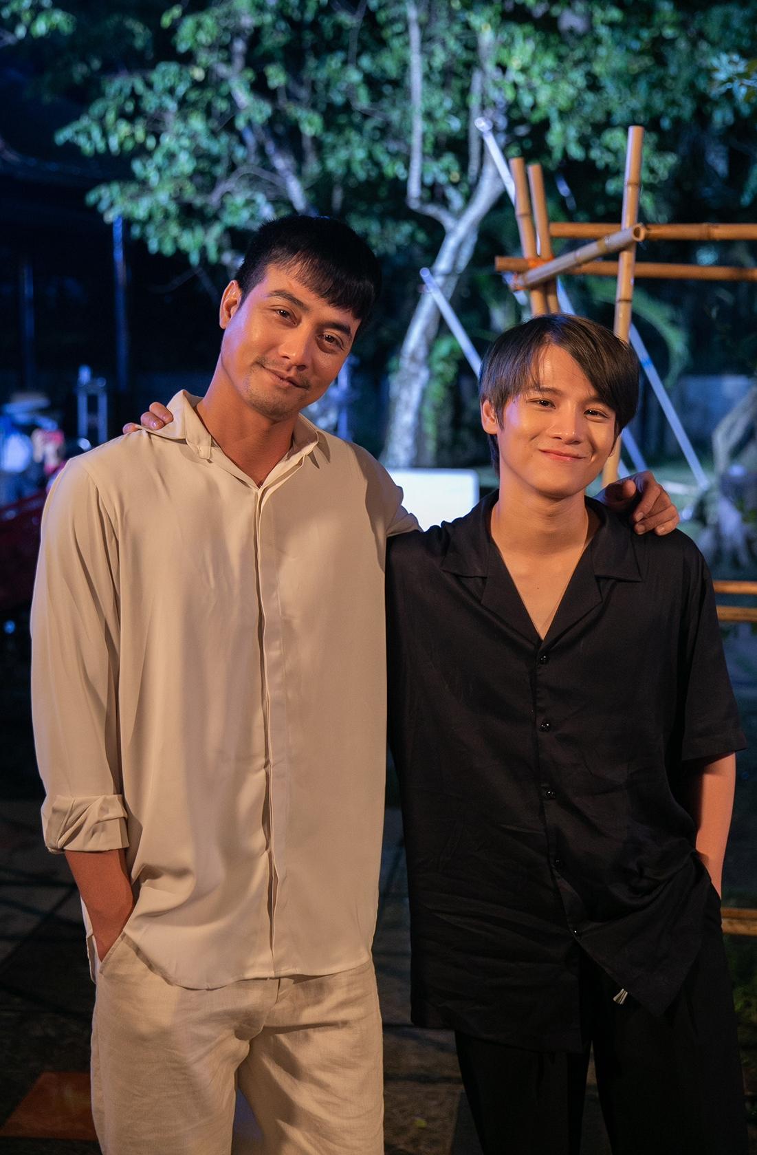 Thái Ngân cùng nam diễn viên Ngô Thành Tá ở hậu trường MV.