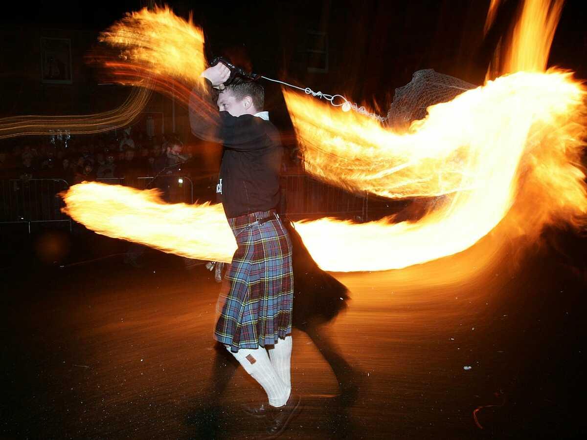 Người Scotland múa lửa chào đón năm mới.