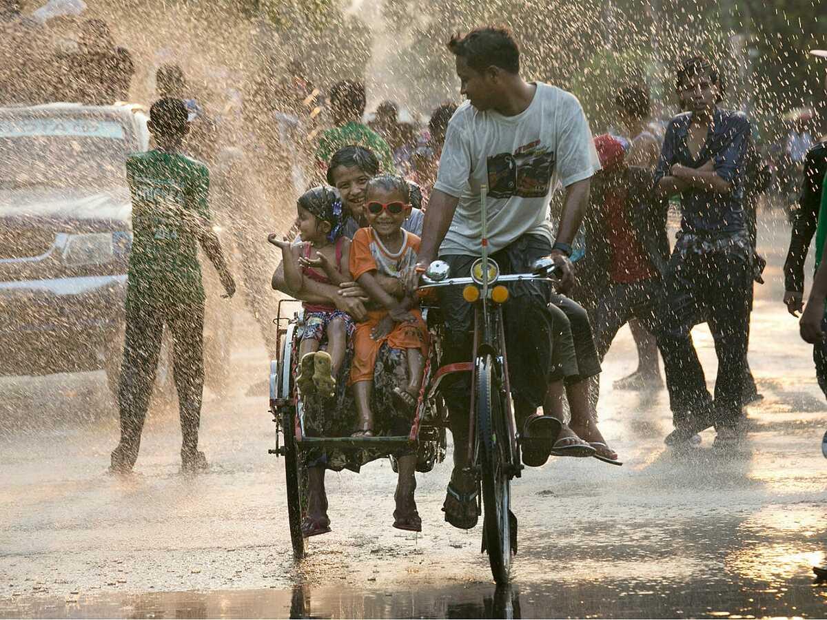 Thanh niên Myanmar đón năm mới ở Yangon, Myanmar. Hình ảnh: Paula Bronstein / Getty