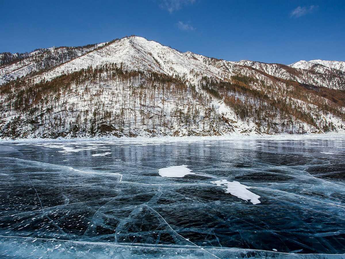 Hồ Baikal đóng băng ở Siberia. Ảnh: Vyacheslav Shausmanov / Shutterstock