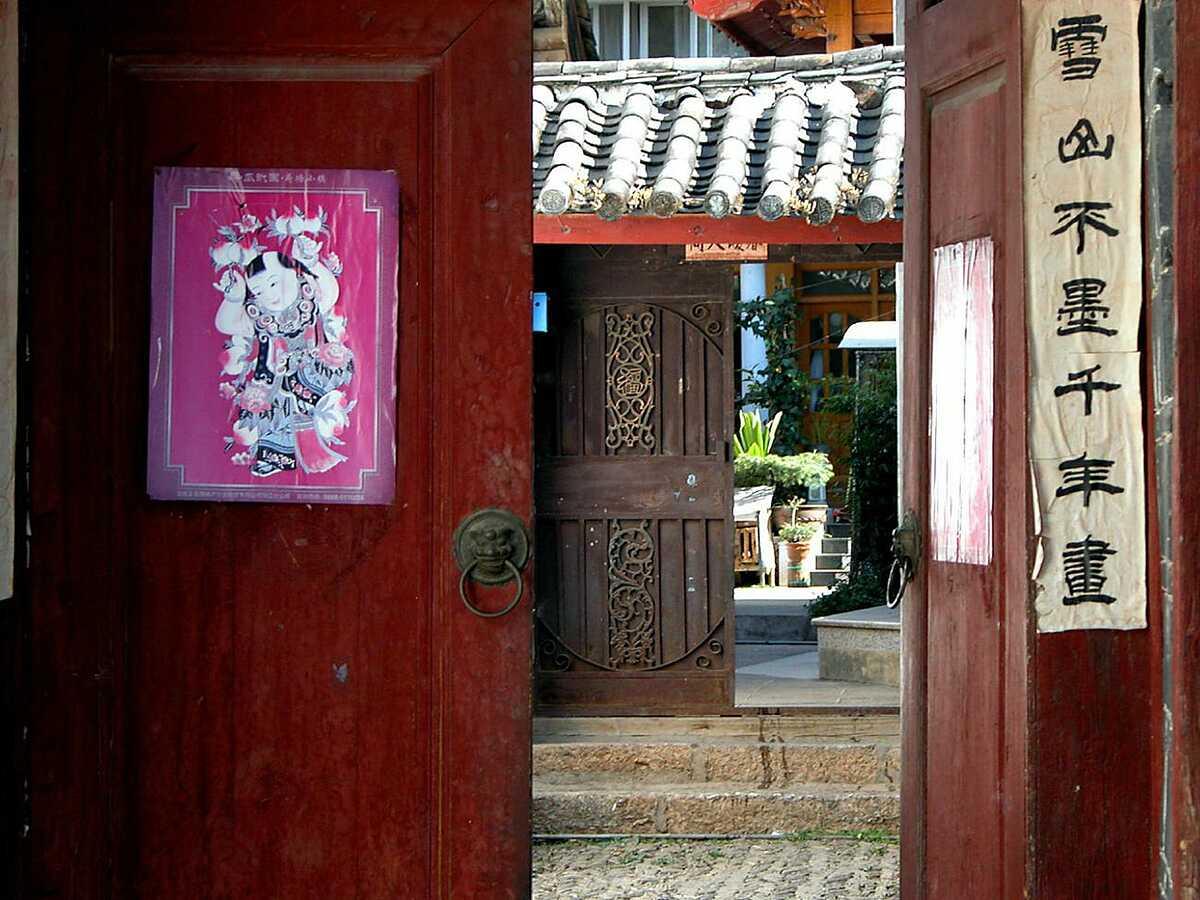 Một cánh cửa màu đỏ trong ngày Tết Nguyên đán ở Vân Nam. Ảnh: Peter Morgan / Flickr