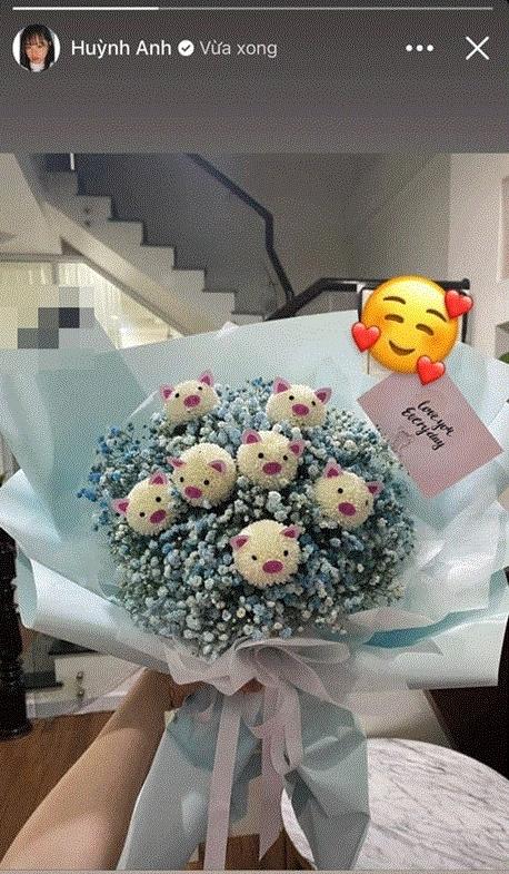 Hôm Giáng sinh, Huỳnh Anh khoe quà là bó hoa gấu có tấm thiệp ghi Love you everything (Yêu em mỗi ngày) khiến fan nghi ngờ cô nàng đã có tình mới sau chuyện tình với Quang Hải.