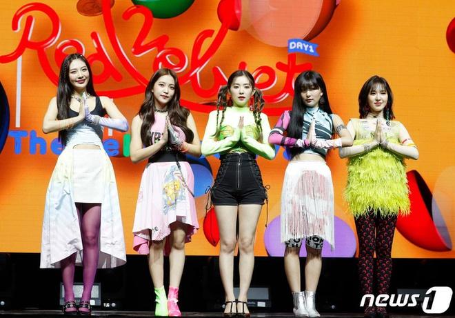 Dù hội tụ những visual đình đám, Red Velvet luôn bị netizen chỉ trích vì những outfit phí hoài nhan sắc. Nhiều năm nay, các cô gái nhà SM vẫn luôn xuất hiện trên sân khấu với các kiểu đồ diễn sến sẩm, thiếu ăn nhập, không phù hợp với danh tiếng cũng như đẳng cấp.