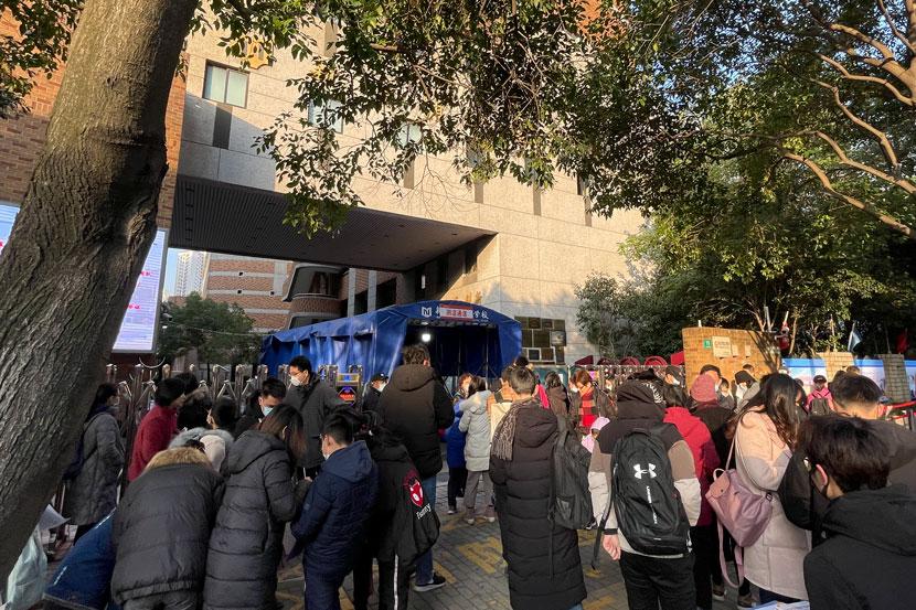 Đám đông tập trung tại lối vào Trường Thực nghiệm Hoàng Phố Mới, Thượng Hải, một địa điểm trung tâm khảo thí.
