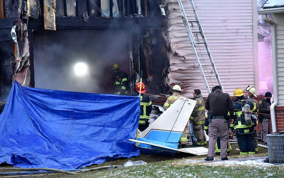 Phần đuôi còn lại của chiếc máy bay tư nhân sau vụ tai nạn. Ảnh: The Detroit News