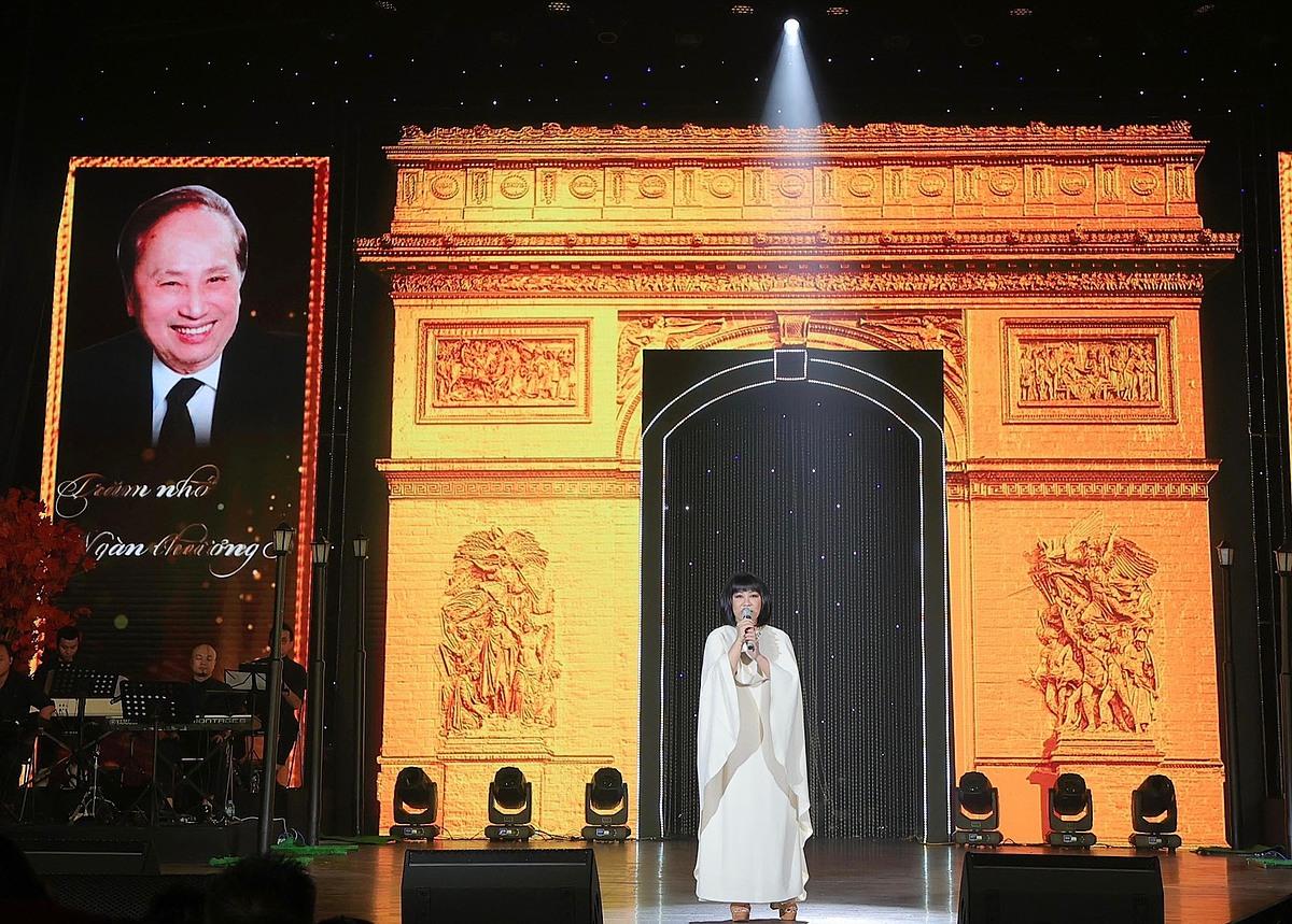 Vạn Nguyễn dựng sân khấu mô phỏng Khải Hoàn Môn - nơi Lam Phương từng tới và sáng tác nhiều ca khúc.