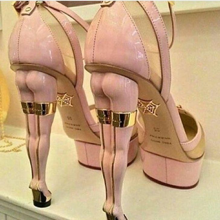 Người dám đi đôi giày nude này chắc hẳn phải mạnh mẽ lắm mới có thể bơ đi ánh nhìn của mọi người mà sải bước.