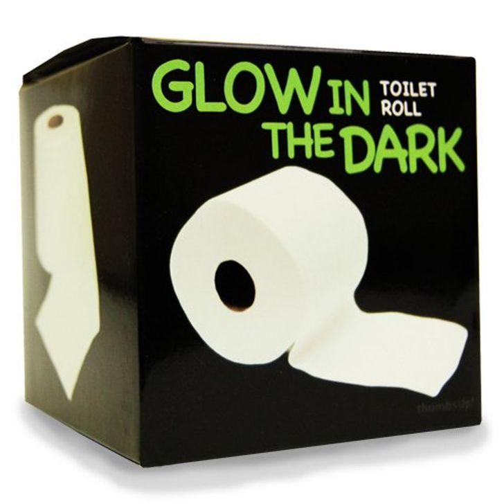 Nhà sản xuất nói rằng loại giấy vệ sinh bóng đêm này giúp tiết kiệm năng lượng vì bạn không cần phải bật đèn phòng tắm.Chà, chắc chắn có điều gì đó về nó.