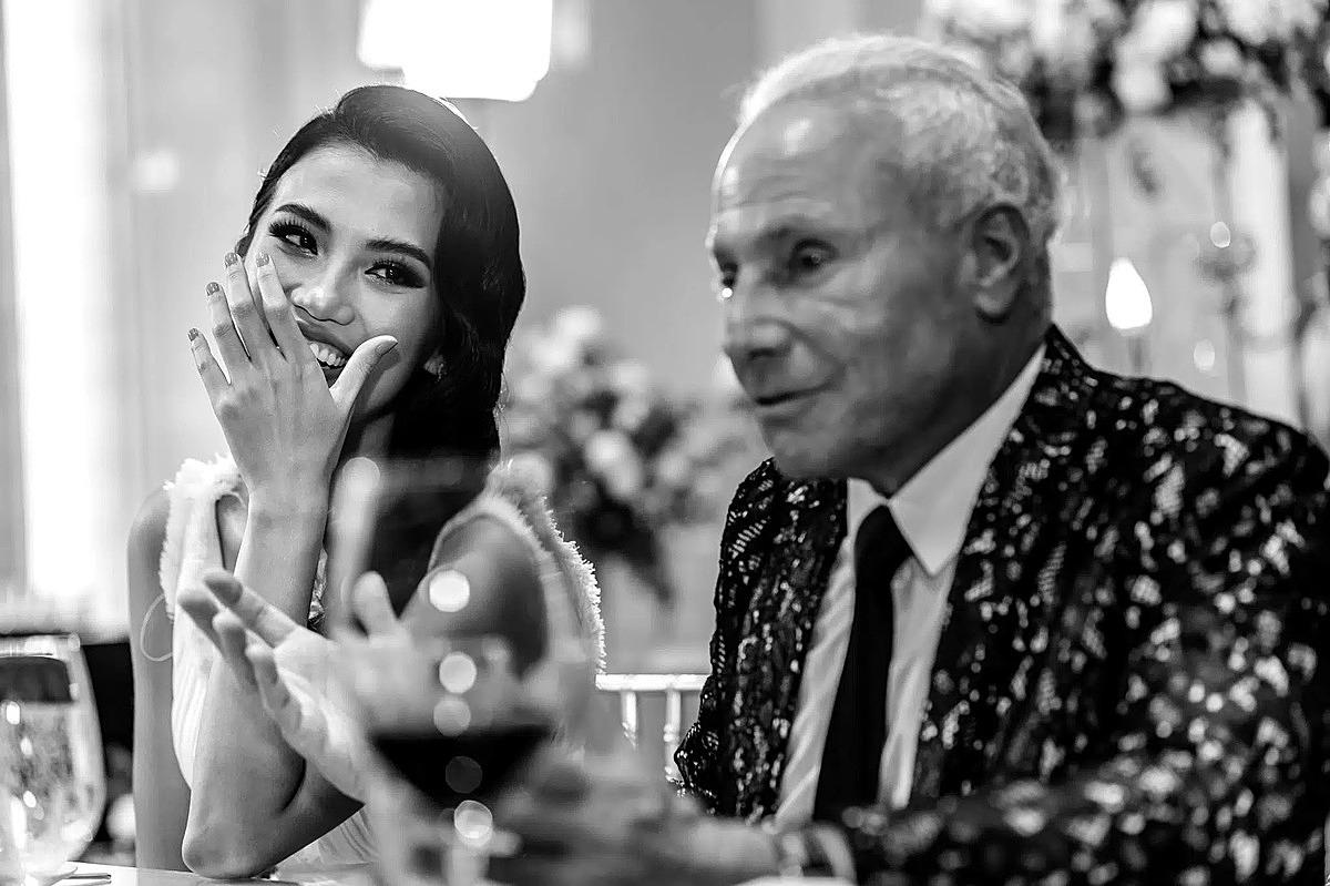 Cổ Ngân cười ngọt ngào bên bạn trai trong lễ đính hôn tại TP HCM.