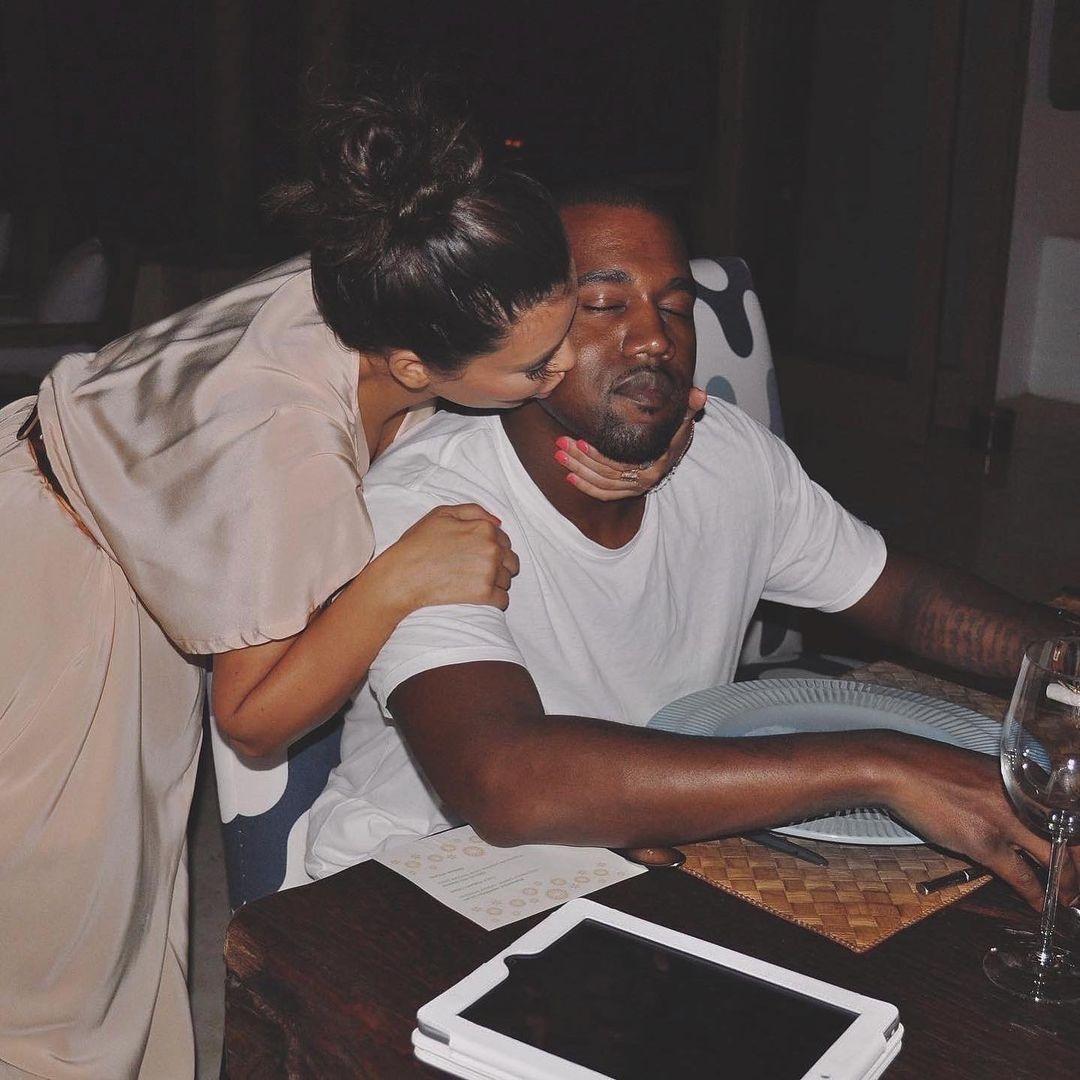 Tuy nhiên hồi tháng 6, Kim đánh dấu kỷ niệm 6 năm ngày cưới bằng bức ảnh thơm má Kanye. Cô viết: 6 năm trôi qua, sẽ cùng nhau đi tới tận cùng.