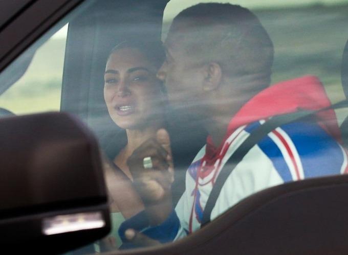 Kim bật khóc trong xe giữa căng thẳng hôn nhân.