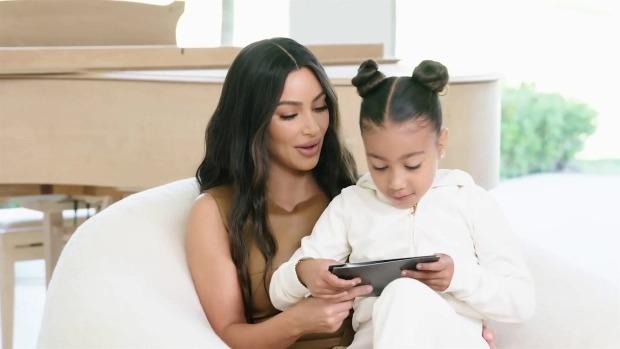 Kim một thân một mình chăm sóc, dạy dỗ các con trong thời gian cách ly. Ảnh: Backgrid.