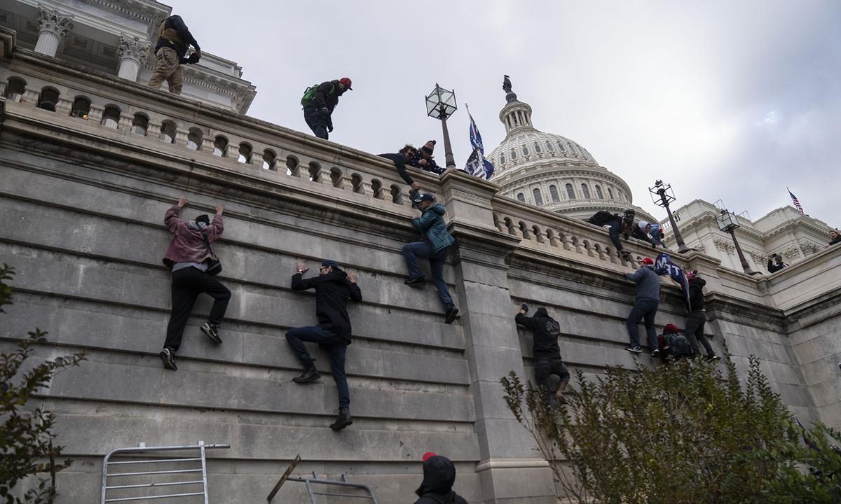 Nhiều người biểu tình leo vào Đồi Capitol như Người Nhện.