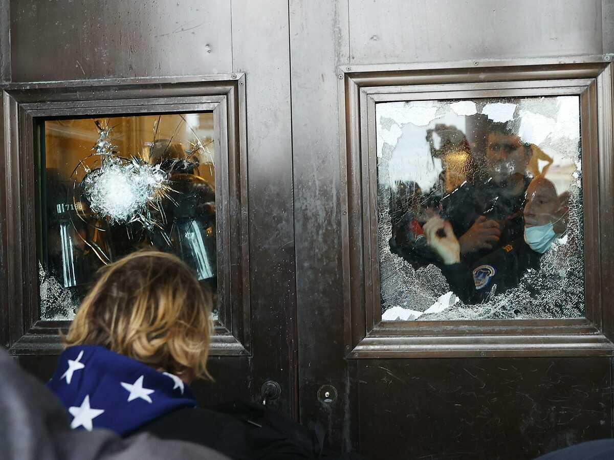 Khung cảnh tan nát sau cuộc bạo loạn ở Mỹ  - 12