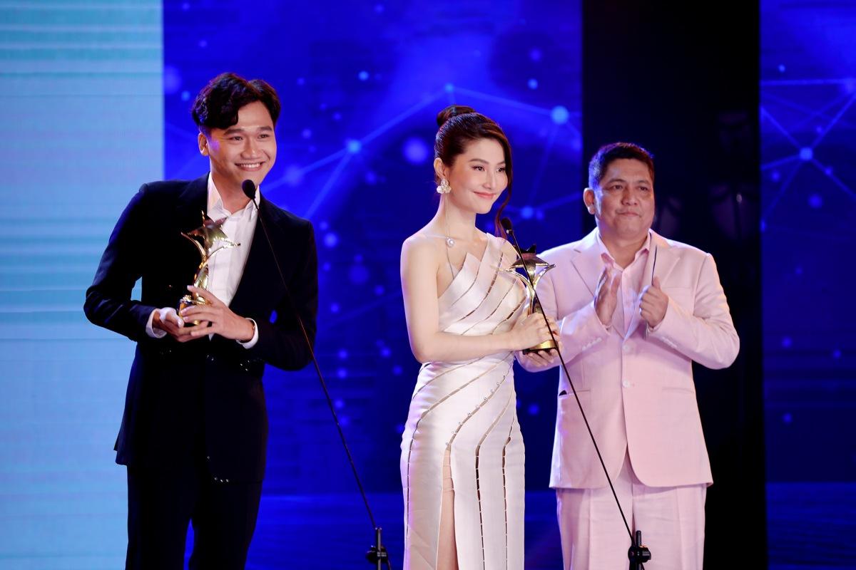 Đạo diễn Đỗ Đức Thịnh trao Cúp Ngôi Sao Xanh đến Xuân Nghị và Diễm My 9X.