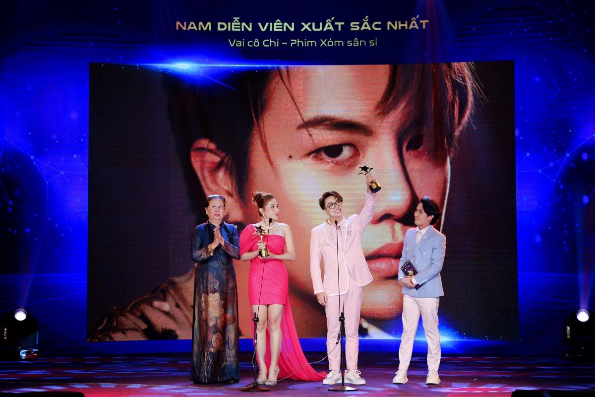 Khả Như và Duy Khánh trên sân khấu nhận giải.