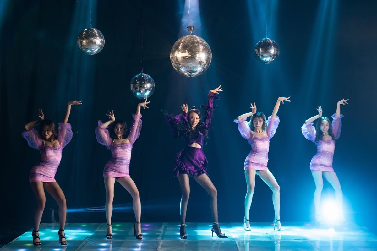 Phí Phương Anh khoe vũ đạo trong MV debut.