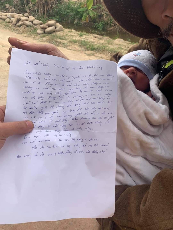 Cháu bé cùng bức thư người mẹ để lại.