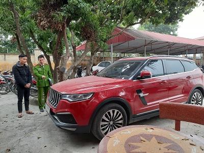 Chiếc ô tô chở Dương Minh Tuyền bị bắn. Ảnh: Công an cung cấp