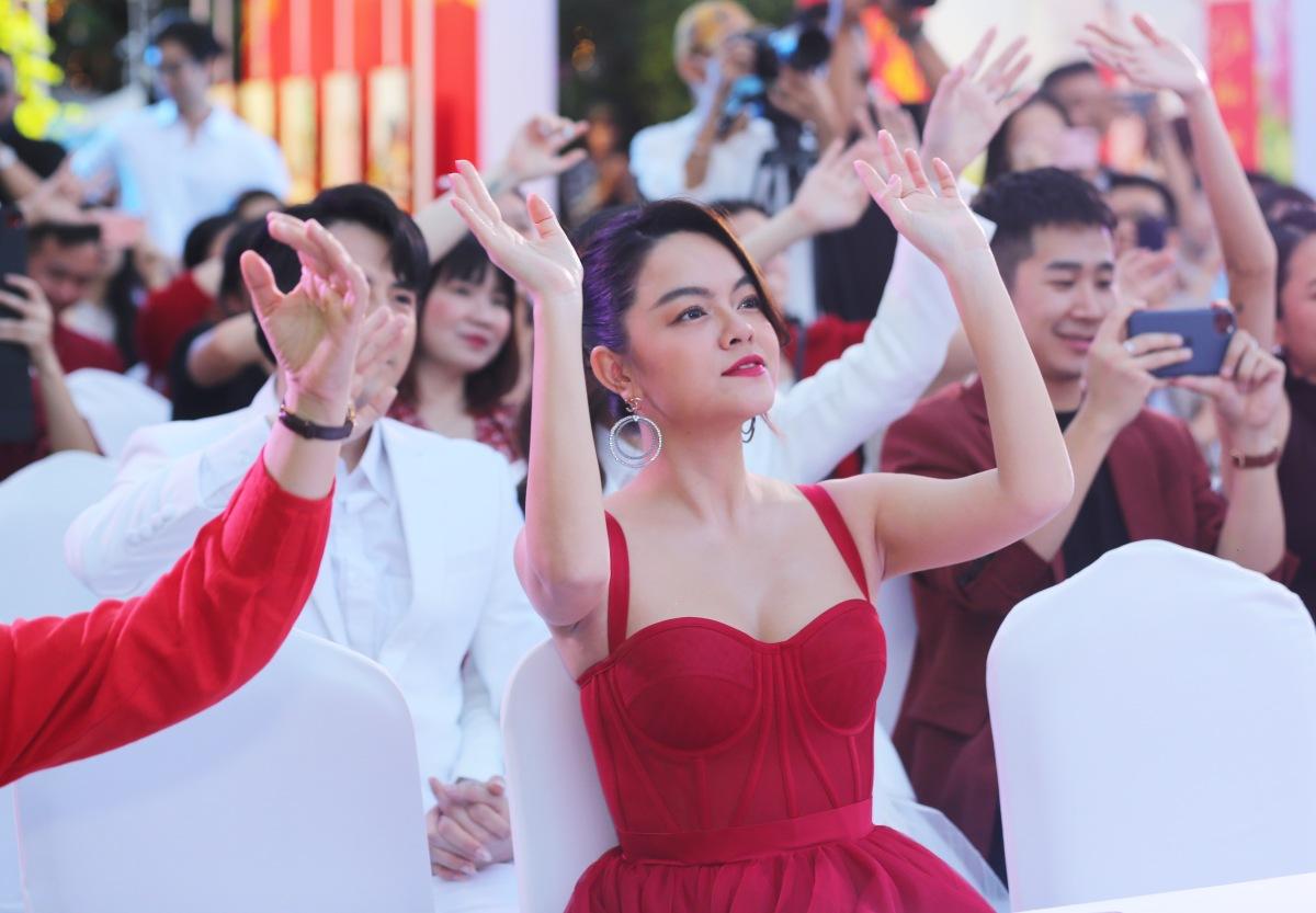 Màn hát live của Suboi và Rhymastic khiến Đông Nhi - Ông Cao Thắng cùng Phạm Quỳnh Quỳnh ngồi phía dưới phải nhún nhảy theo.