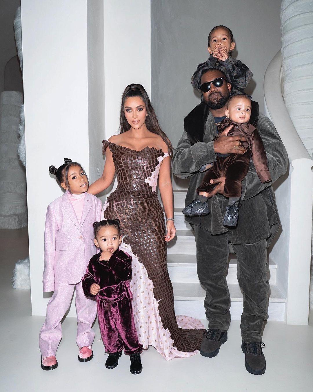 Vợ chồng Kim, Kanye West và 4 con.