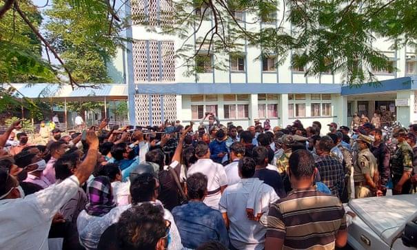 Đám đông bên ngoài bệnh viện Bhandara ở bang Maharashtra, Ấn Độ, nơi 10 em bé sơ sinh chết cháy. Ảnh: AFP.
