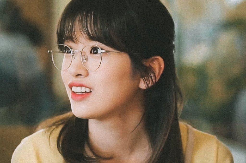 Ahn Yu Jin là thành viên có nhiều kinh nghiệm diễn xuất nhất IZONE, sở hữu gương mặt giống diễn viên Jung Somi. Cô nàng toát lên thần thái đẹp tự nhiên, gần gũi như em gái nhà bên.