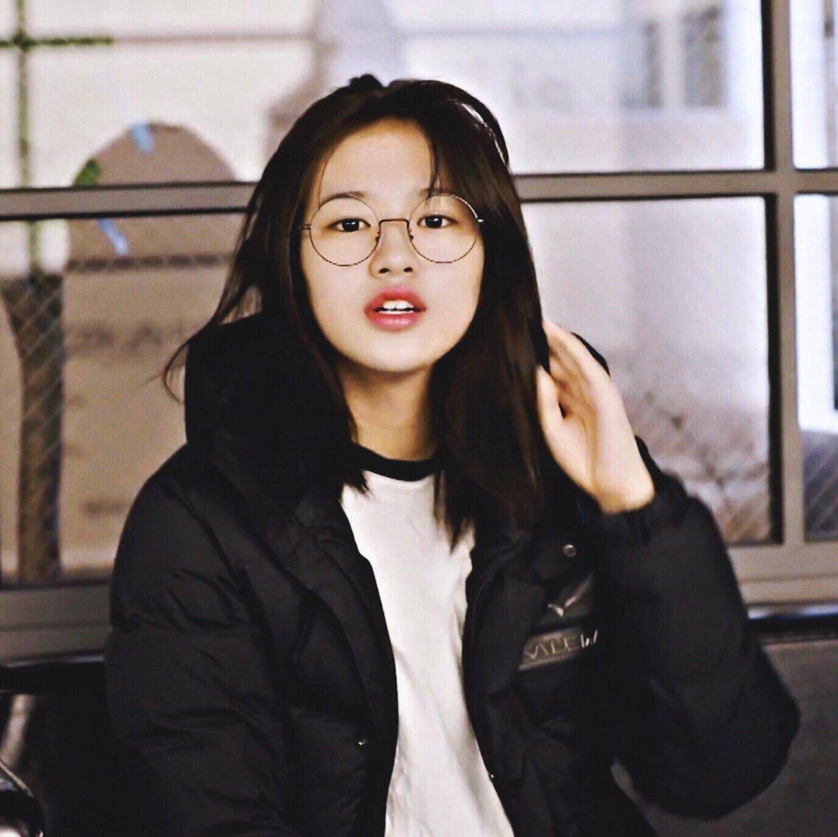 Khuôn mặt của nữ idol có nét thu hút rất lạ khi make up nhẹ nhàng hoặc để mặt mộc. Cô nàng sẽ hợp với dạng vai sinh viên hoặc học sinh trung học.