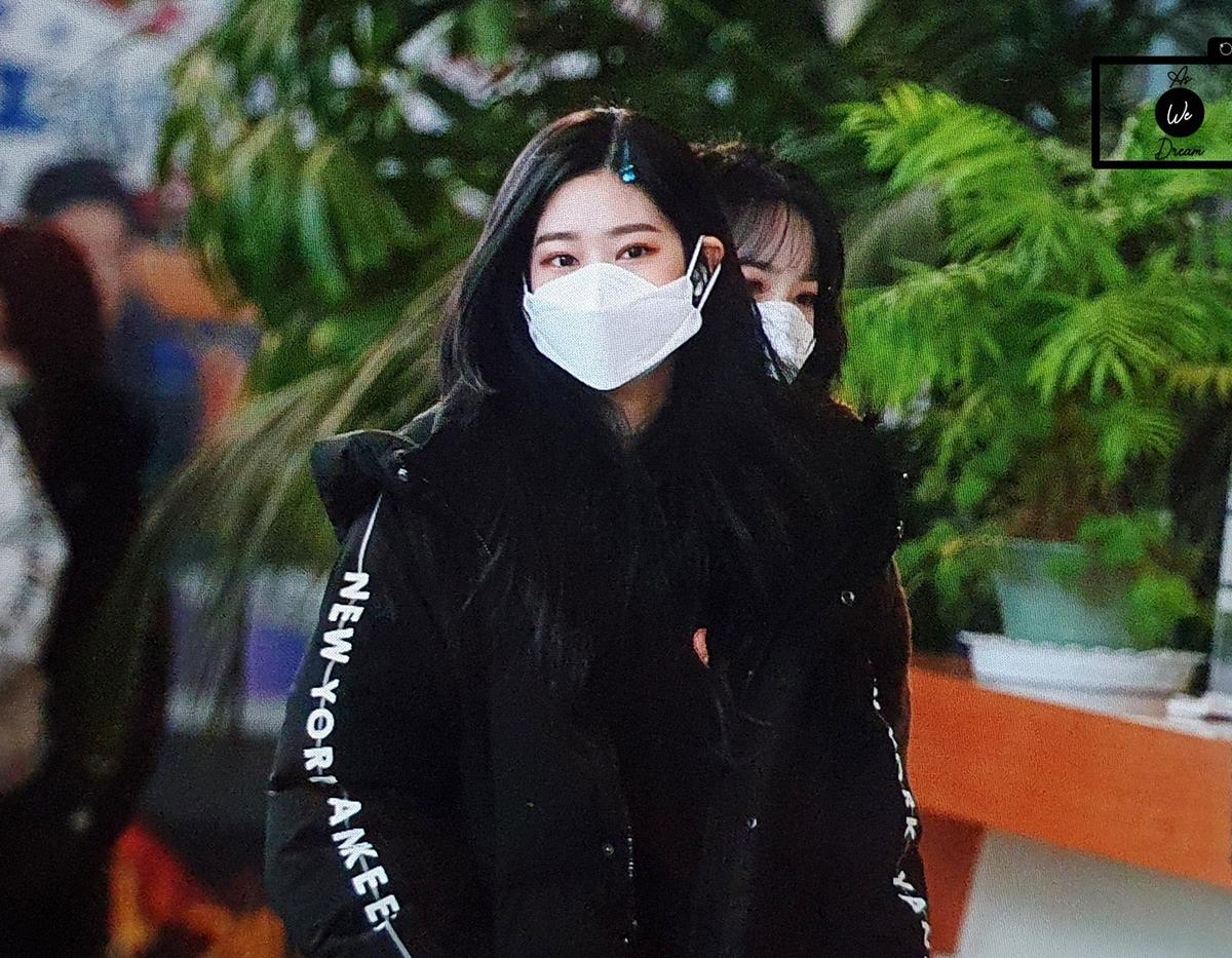 Các cô gái mặc áo khoác dày dặn để giữ ấm trong thời tiết lạnh giá.