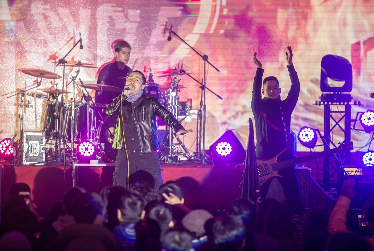 Đã trở nên quá thân thuộc qua bản hit Ký ức vẹn nguyên, Re-Cycle xuất hiện ngay lập tức được đón nhận cuồng nhiệt. Không chỉ gọi tên band nhạc, fan còn hòa giọng cực đỉnh với vocal Dũng Joon. Được thành lập từ năm 2007, trải qua nhiều thăng trầm và thay đổi, hiện Re-Cycle gồm 5 thành viên, phong cách âm nhạc nhóm theo đuổi là alternative và modern rock. Re-Cycle đã có những bước đi rất vững chãi đến với khán giả qua các chương trình Bài hát Việt, Rock Storm, chung kết Aseans Best Band, Saigon Rock 3, CAMA Festival....