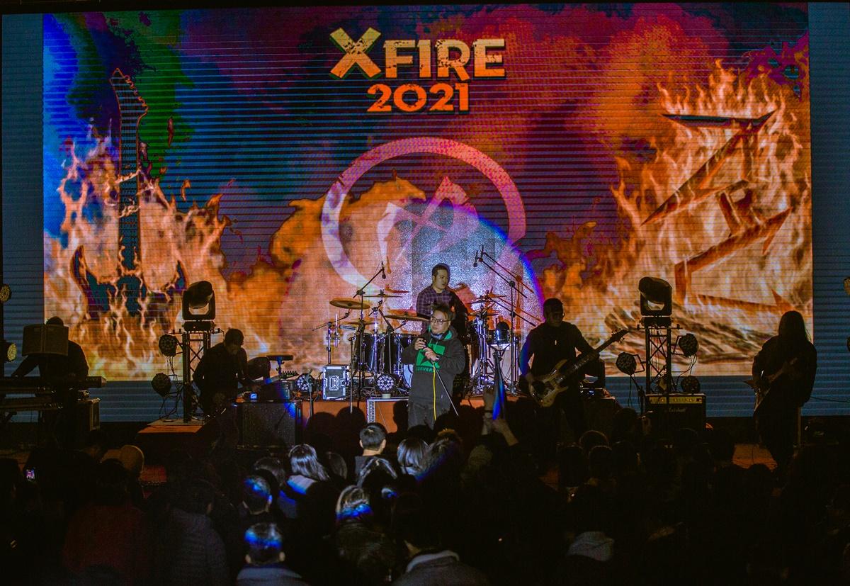 Với dòng nhạc metal và những ca khúc đa dạng trong trải nghiệm, ban nhạc 15 năm tuổi - Đông Đô band đã mang tới cho X Fire rất nhiều bất ngờ trong sự kiện lần này. Nhóm từng được bình chọn là 1 trong 10 band rock xuất sắc trong những năm gần đây. Ca khúc gây ảnh hưởng nhiều nhất của Đông Đô là Đen và Trắng. Ngay sau khi xuất hiện trên sân khấu, Đông Đô đã khuấy đảo và cuốn khán giả vào cơn bão rock với những thanh âm mạnh mẽ, lôi cuốn đặc trưng của dòng metal rock.