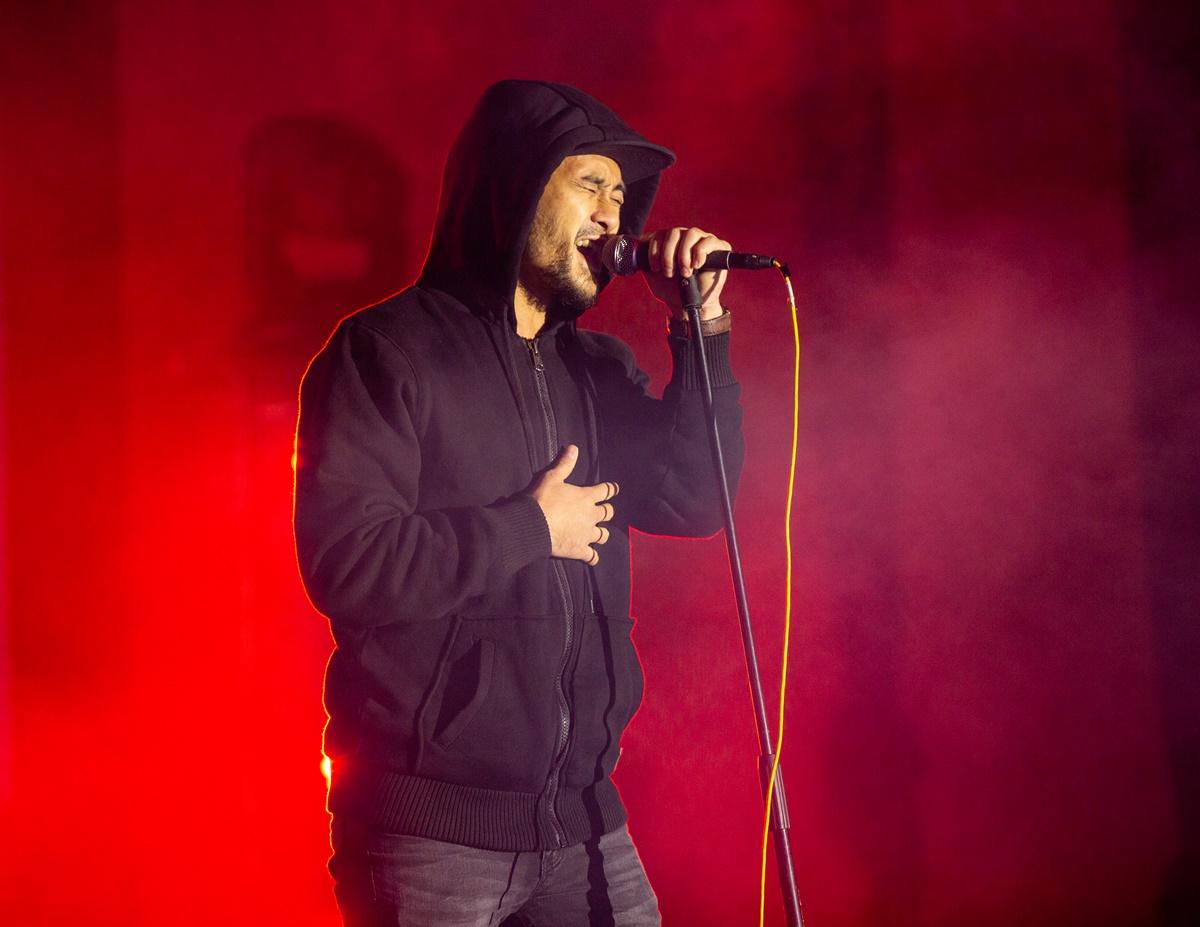 Vocal chính - Nông Tiến Bắc cũng có sự nghiệp solo đáng nể. Anh là học trò của Quốc Trung khi tham gia The Voice, và có nhiều bản hit được netizen săn đón. Trong màn trình diễn tối qua của iTễu, sự cuồng nhiệt của fan và âm nhạc đã khiến Nông Tiến Bắc cởi phăng chiếc áo, say sưa hát giữa trời giá lạnh.