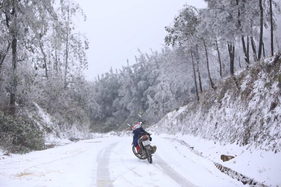 Băng giá khiến mặt đường trơn trượt gây khó khăn cho các phương tiện di chuyển. Ảnh: Nguyễn Quỳnh Nga