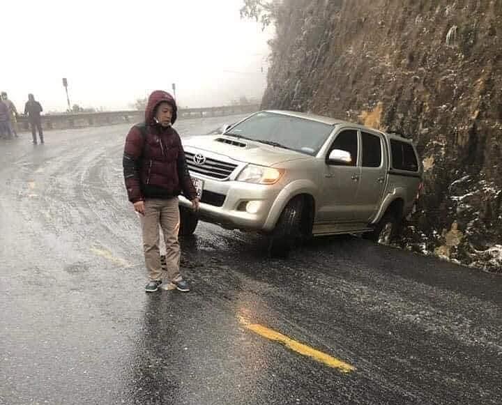 Nhiều ô tô gặp sự cố do đường trơn trượt tại đèo Ô Quy Hồ.