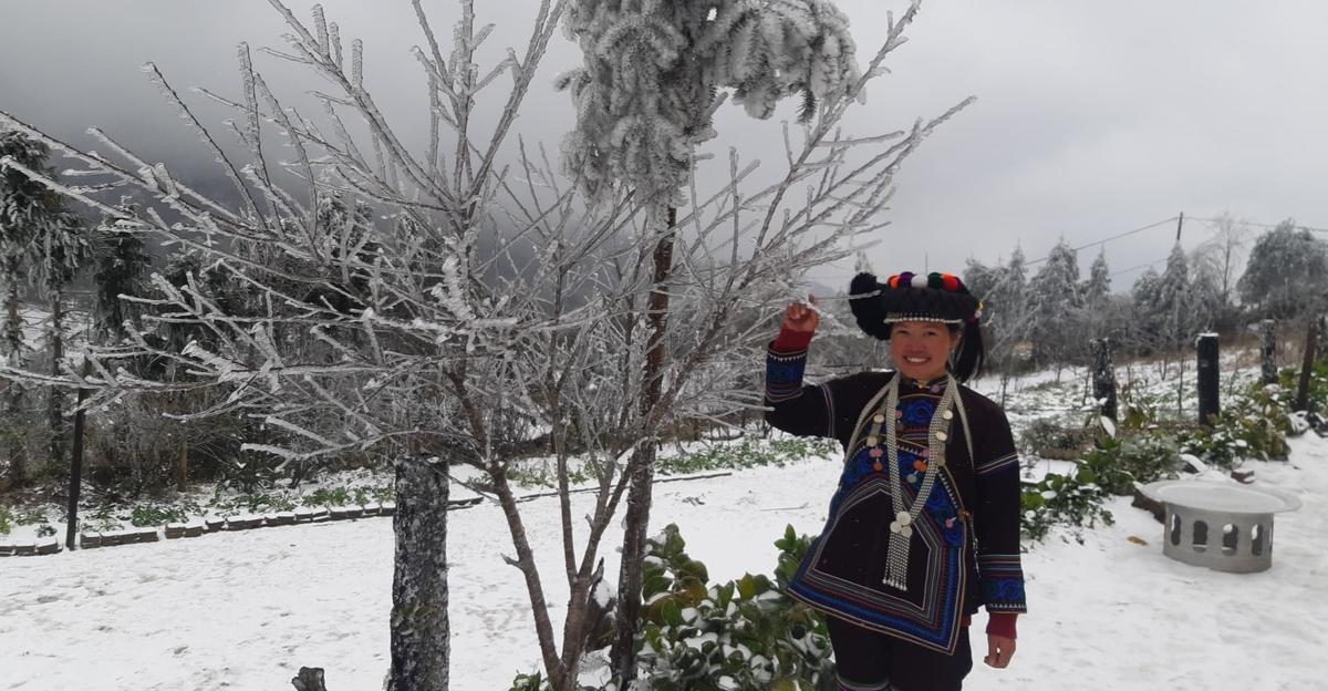 Một cô gái dân tộc Hà Nhì thích thú trước quang cảnh tuyết phủ trắng xóa. Ảnh: Phu Suy Hờ.