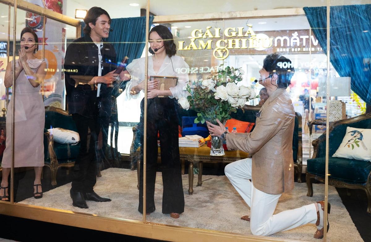 Các diễn viên bị nhốt trong lồng kính đặt giữa trung tâm thương mại gây tò mò với khán giả.