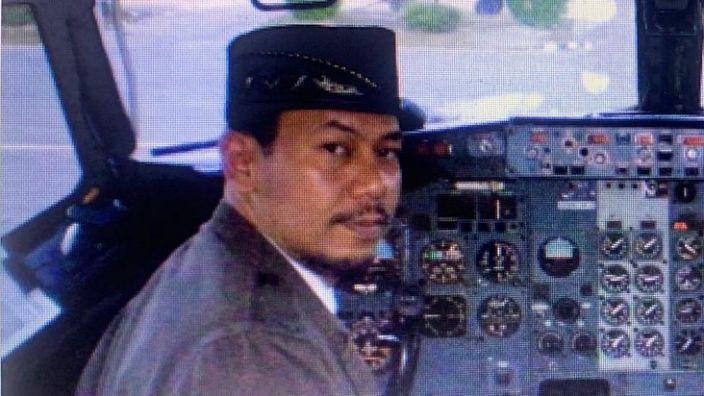 Cơ trưởng Afwan trong buồng lái máy bay.
