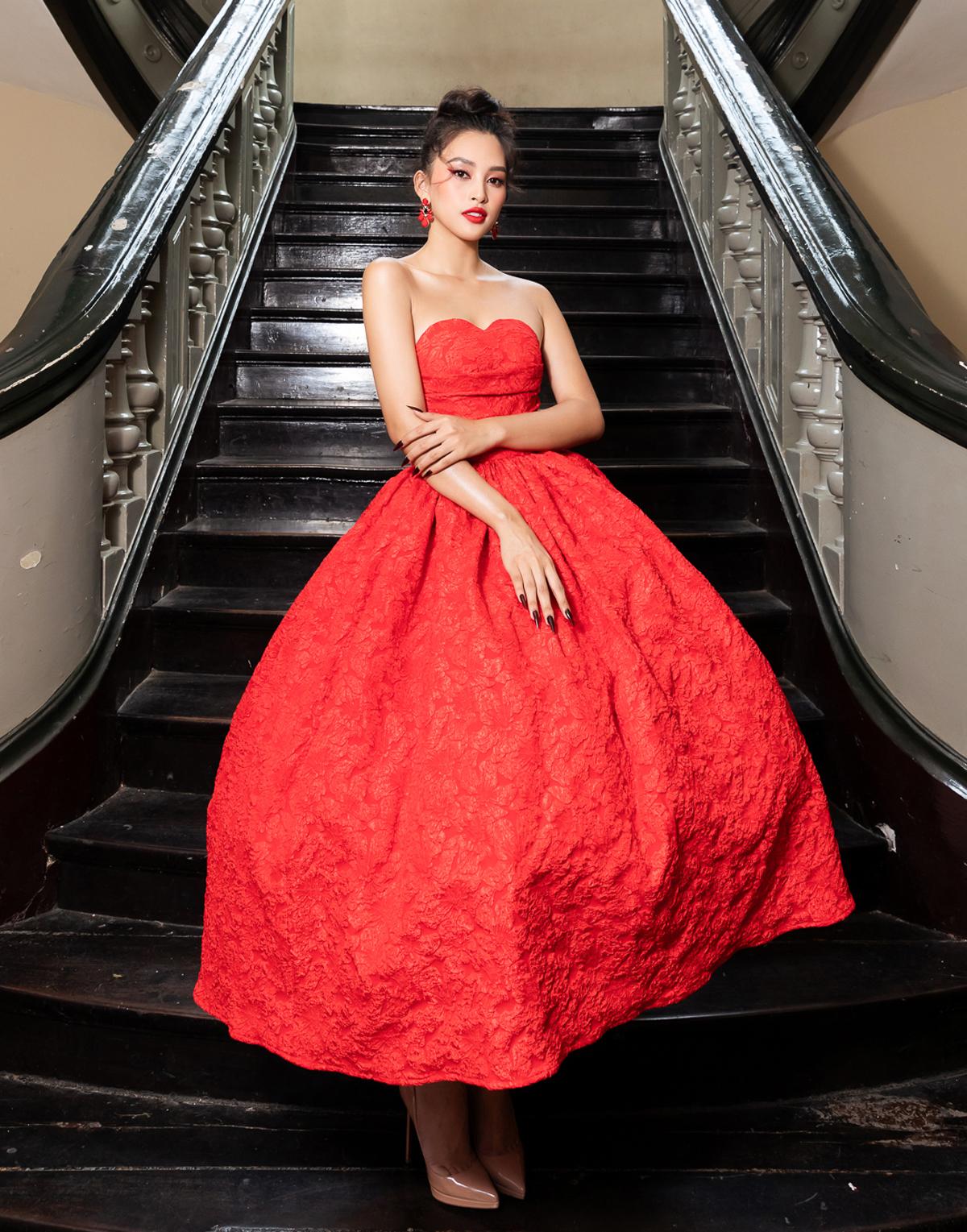 Hoa hậu Việt Nam 2018 diện bộ đầm xòe bồng theo phong cách cổ điển. Cô khéo chọn tông trang điểm, màu móng tông xuyệt tông với váy.