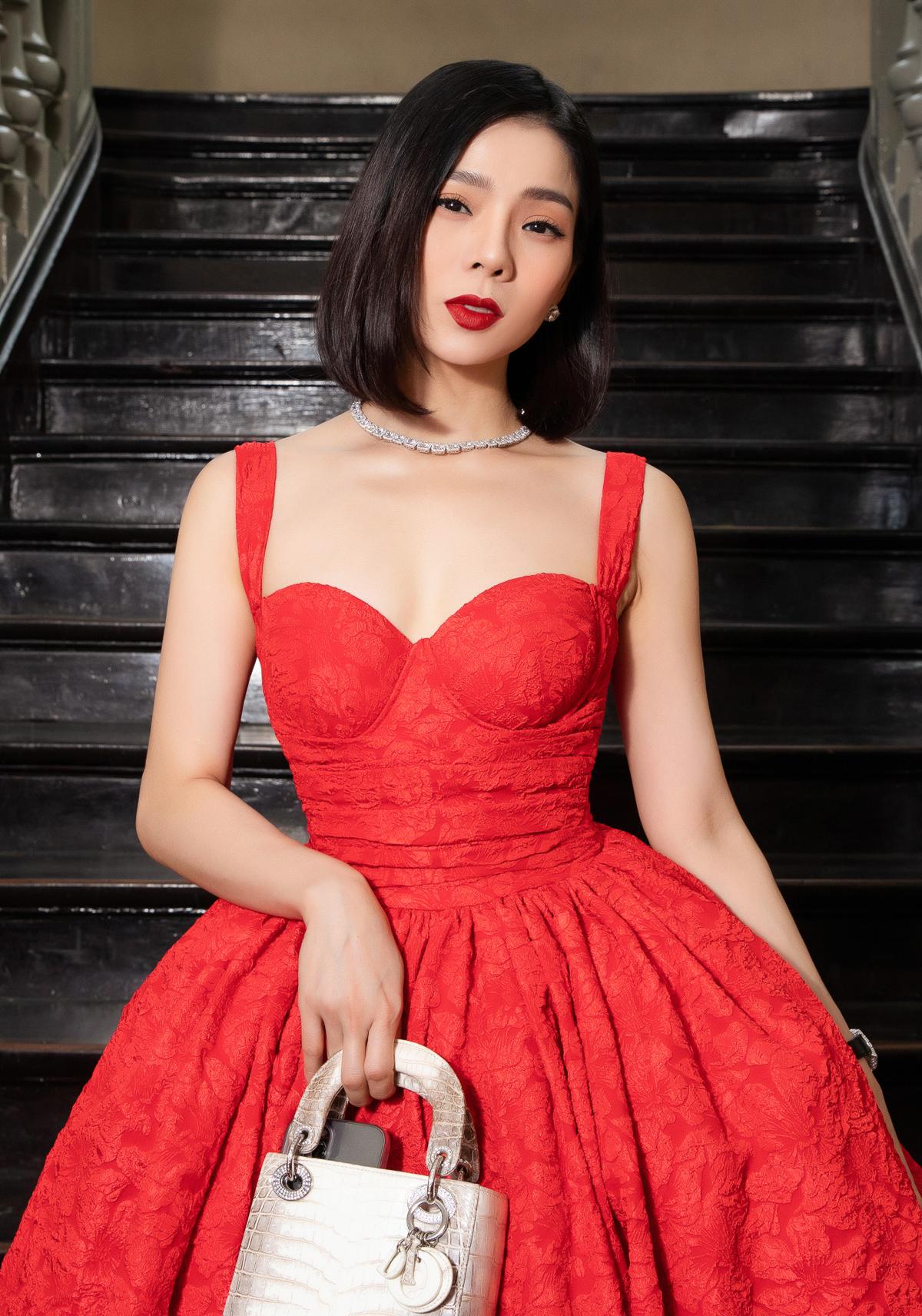 Lệ Quyên khoe nhan sắc ngày càng lão hóa ngược cùng váy cúp ngực kiểu cổ điển. Cô xách chiếc túi Dior da cá sấu bạch tạng hàng limited.