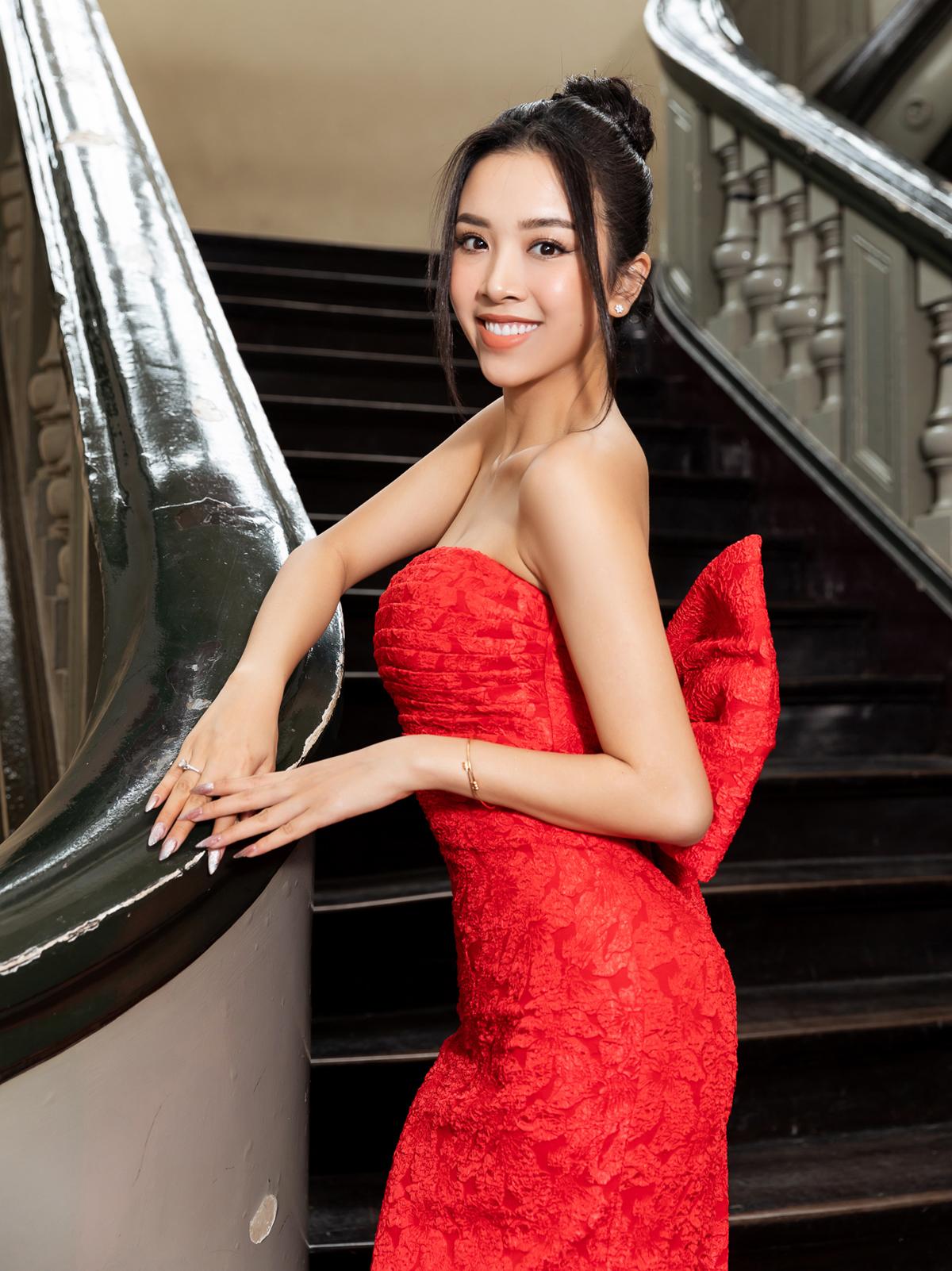 Ngay sau khi kết hôn, Á hậu Thúy An tất bật chạy show. Cô đến ủng hộ Vũ Ngọc và Son với chiếc váy quây gợi cảm.