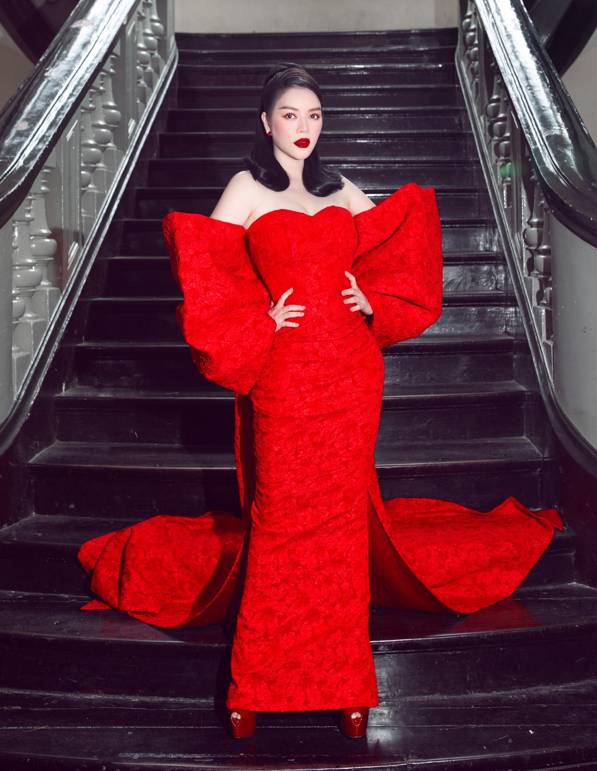 Lý Nhã Kỳ mang sắc màu đỏ rực với bộ đầm tạo khối kỳ công gây ấn tượng trên thảm đỏ.