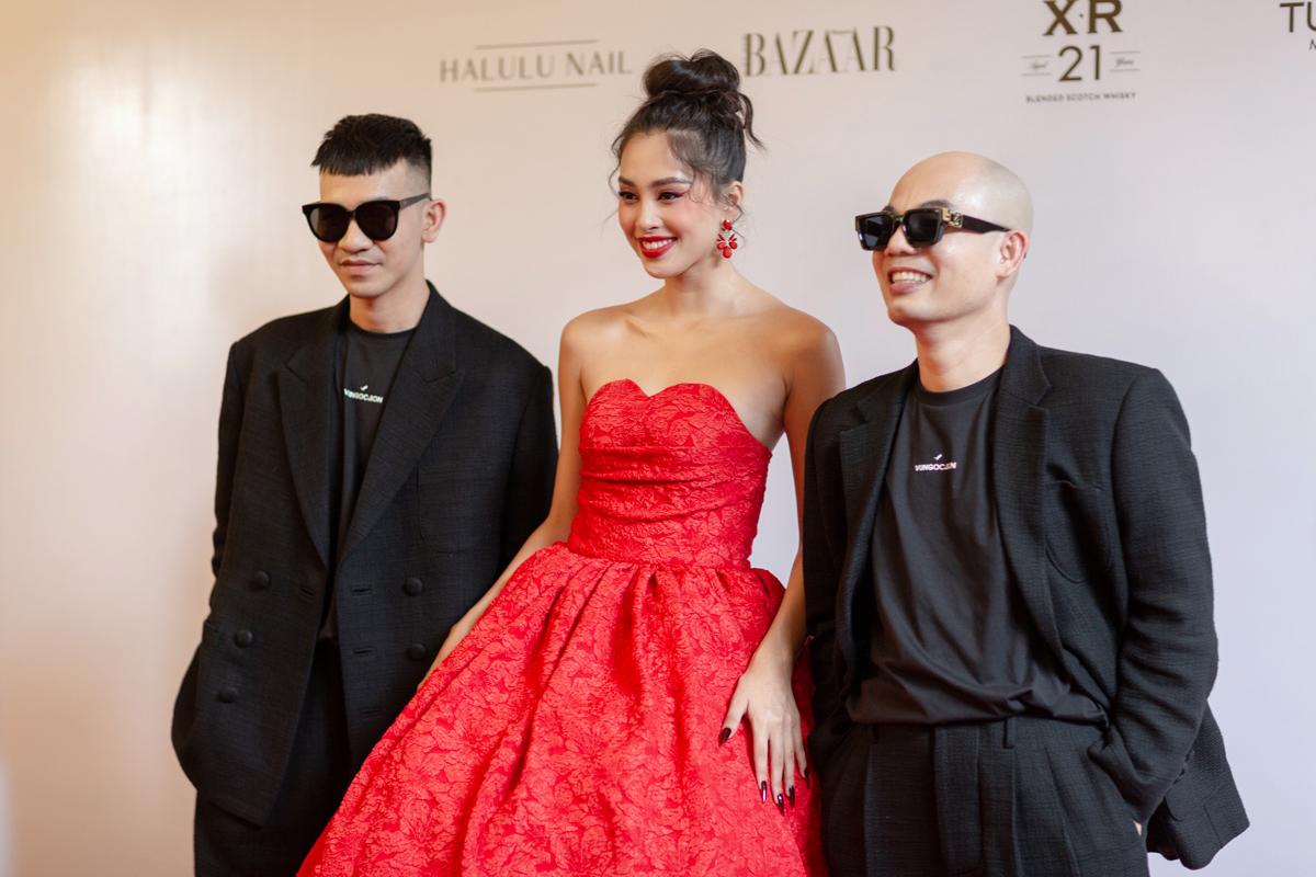 Chiều 10/1, hai nhà thiết kế Vũ Ngọc và Son tổ chức show diễn Hừng Đông tại Bảo tàng Thành phố Hồ Chí Minh. Sự kiện quy tụ hơn 50 sao Việt với nhiều mỹ nhân đình đám đến tham dự. Trên thảm đỏ, Tiểu Vy rạng rỡ chúc mừng hai nhà thiết kế thân thiết.