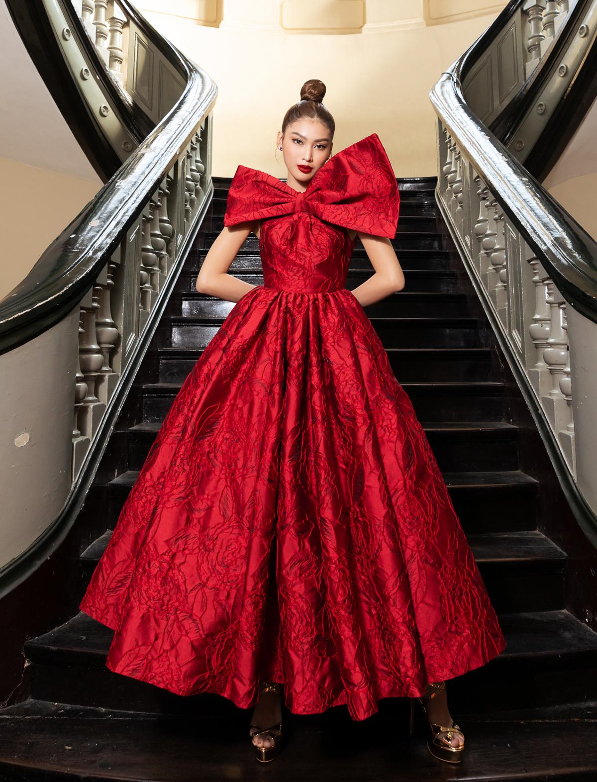 Đầm đỏ với tùng xoè được trang trí thêm nơ bướm to bản là trang phục của á hậu Ngọc Thảo.
