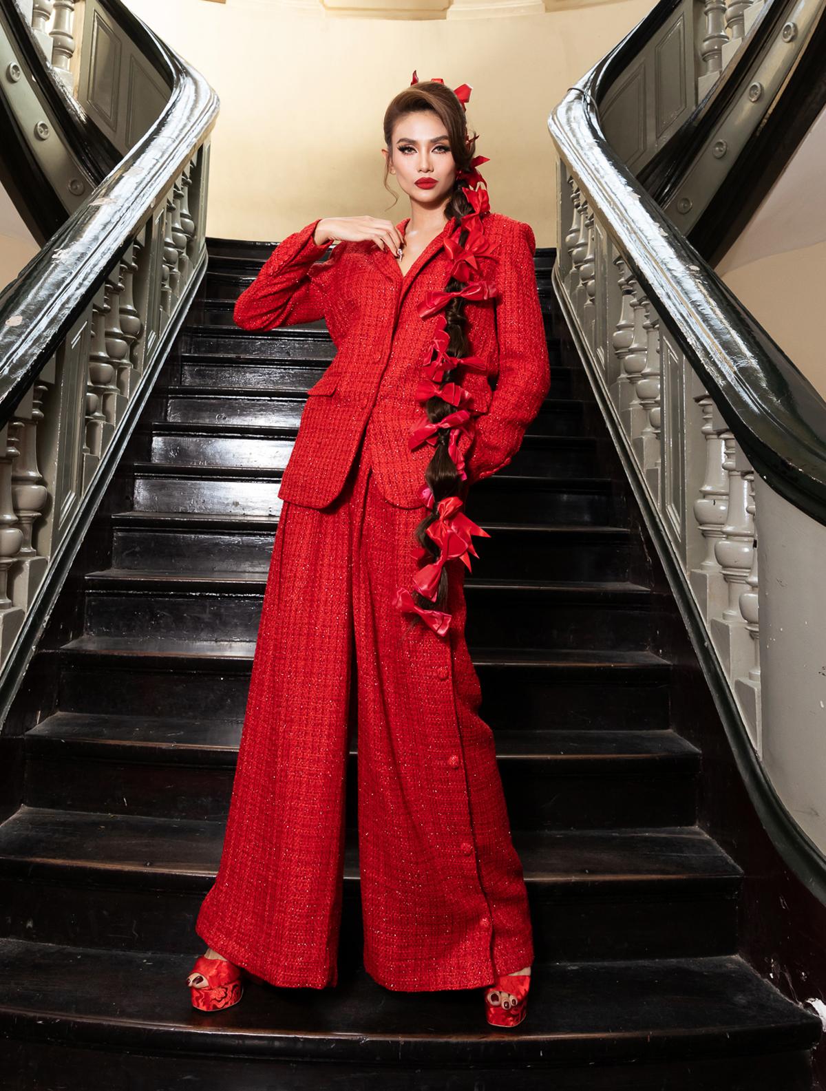 Siêu mẫu Võ Hoàng Yến khác biệt trên thảm đỏ với bộ suit phom dáng oversized cá tính.