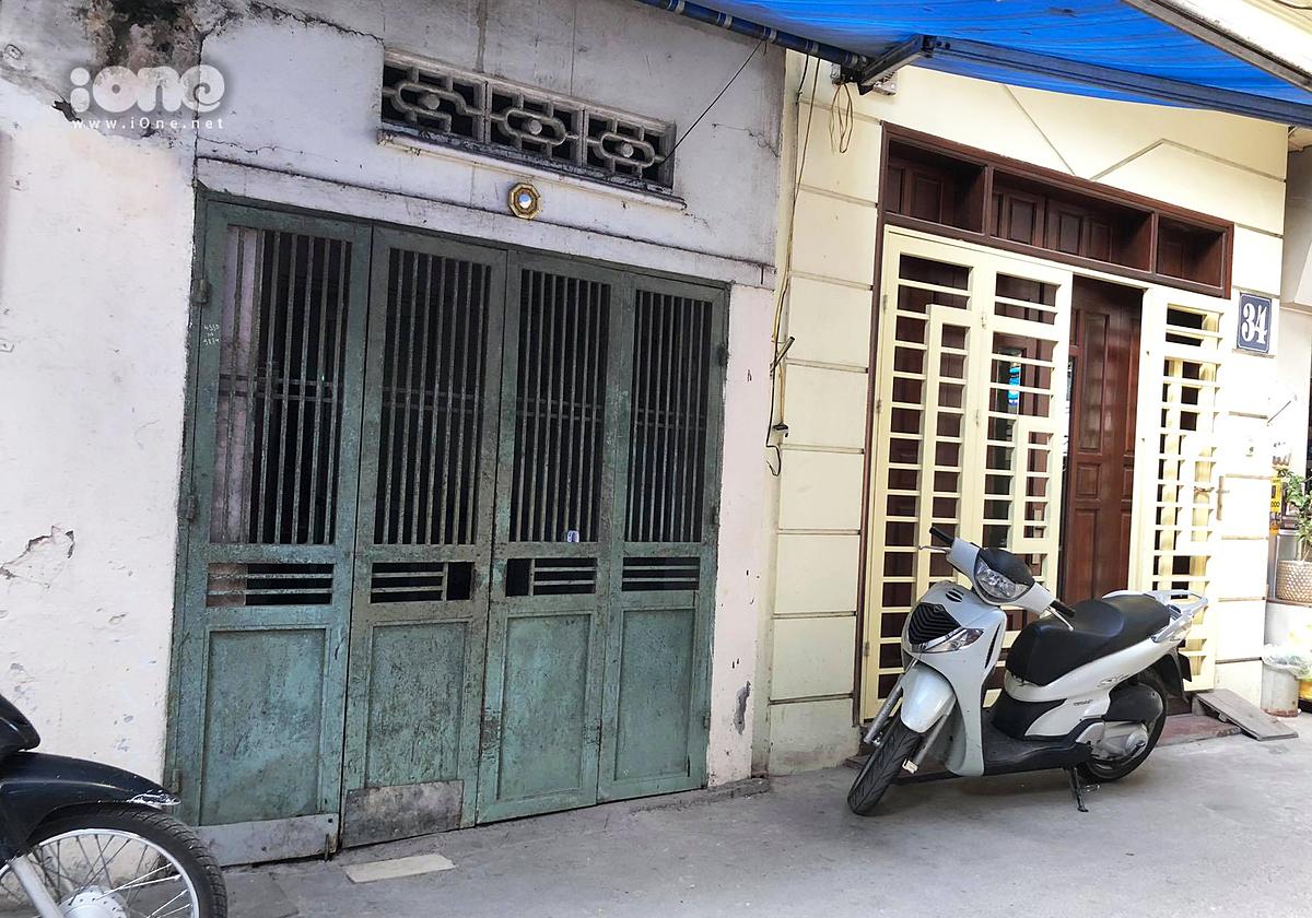 Ngôi nhà cổng xanh trên phố An Dương từng là nơi sinh sống của hai cháu bé bị bỏ rơi.