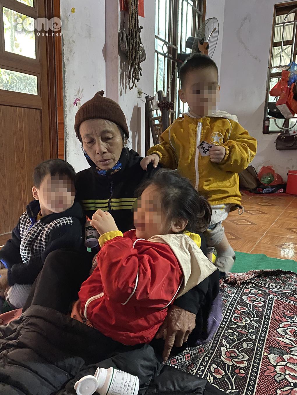 Hai cháu Quỳnh Anh (áo đỏ), Nam (áo vàng) vẫn ăn, ngủ đủ, sức khỏe ổn định.