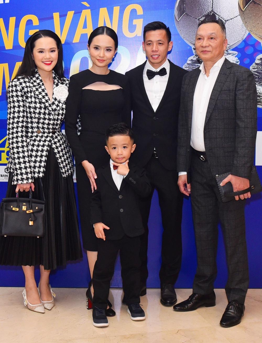 Bé Sóc tạo dáng cool bên bố mẹ, ông ngoại và dì Quỳnh Anh (vợ Duy Mạnh).